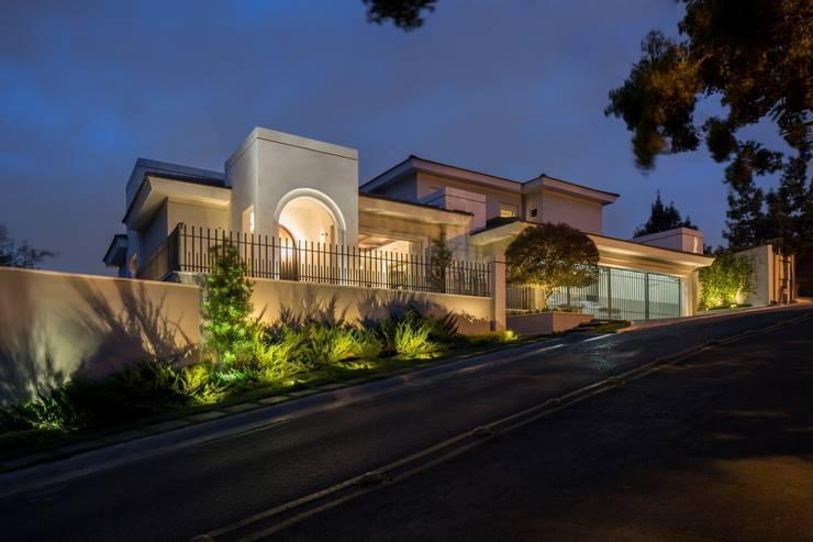 FACHADA PRINCIPAL: Casas de estilo  por Rousseau Arquitectos