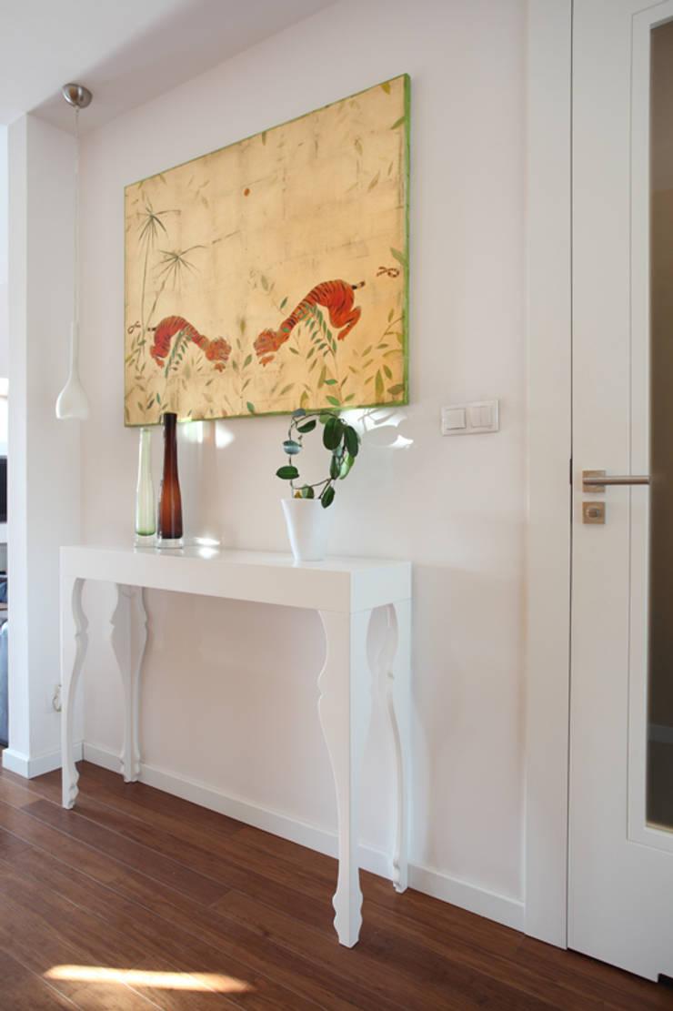 Mansarda: styl , w kategorii Korytarz, przedpokój zaprojektowany przez Tarna Design Studio