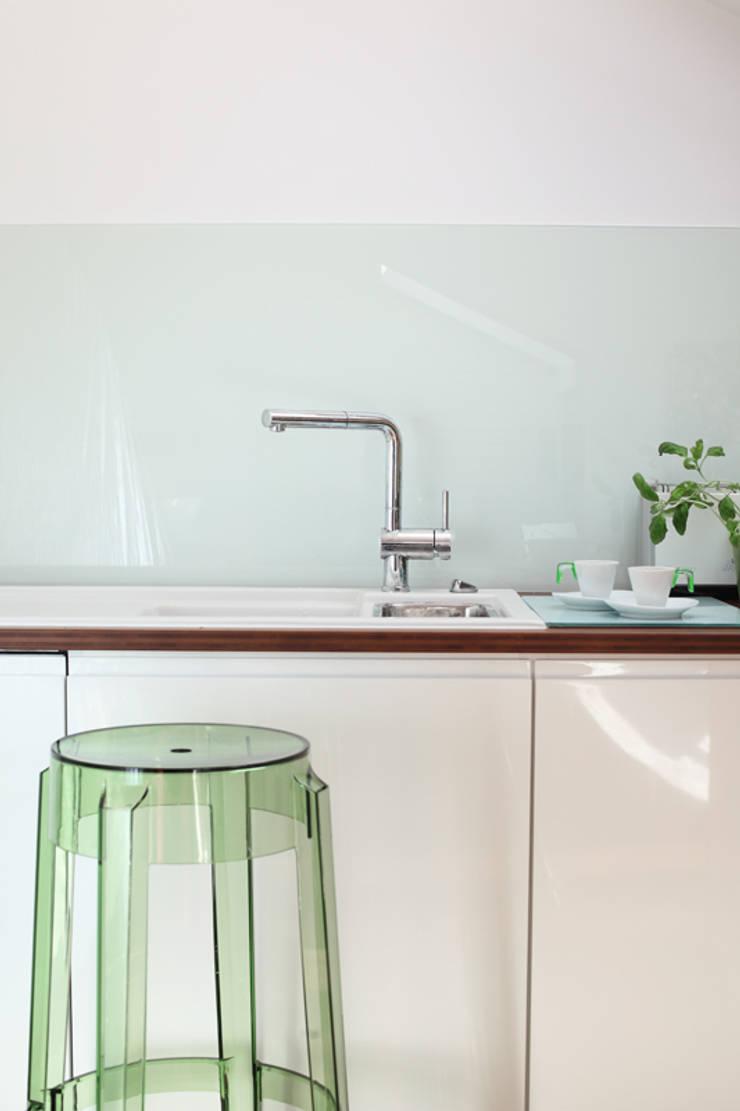 Mansarda: styl , w kategorii Kuchnia zaprojektowany przez Tarna Design Studio