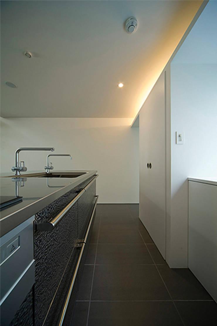 窓の無い光庭の家 モダンな キッチン の 近藤晃弘建築都市設計事務所 モダン