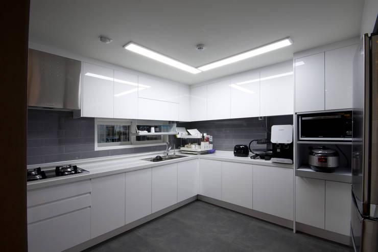 전주 아중리 대우아파트 -the grey-: 디자인투플라이의  주방