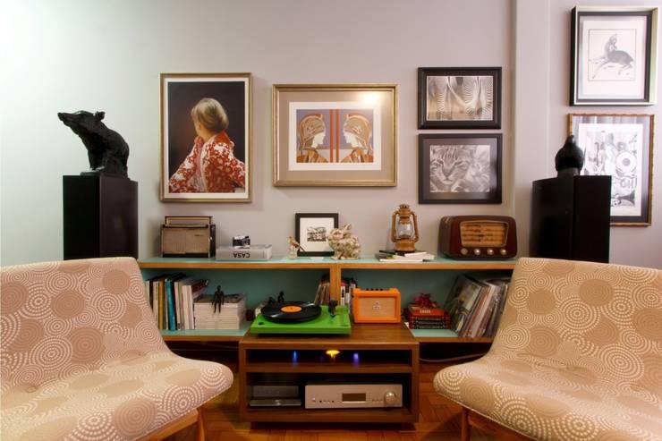 APARTAMENTO DE UM JOVEM CASAL: Sala de estar  por Dani Santos Arquitetura