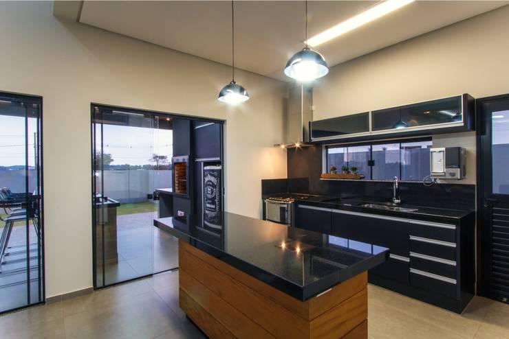 PROJETO RESIDENCIAL: Cozinhas modernas por Dani Santos Arquitetura