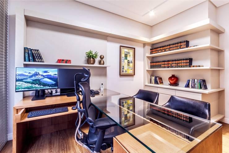 Estudios y despachos de estilo clásico de Dani Santos Arquitetura