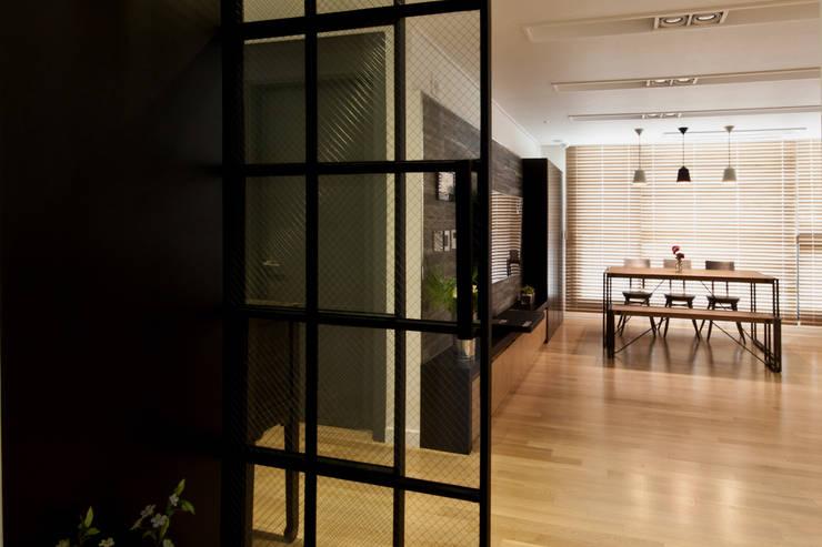 새아파트 분위기 바꿔주기 전주 서희스타힐스 아파트 : 디자인투플라이의  복도 & 현관