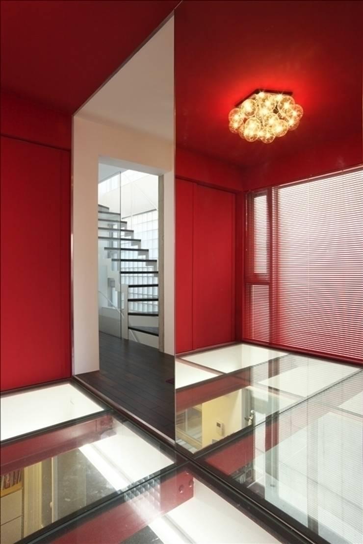 Projekty,  Korytarz, przedpokój zaprojektowane przez Qull一級建築士事務所, Nowoczesny