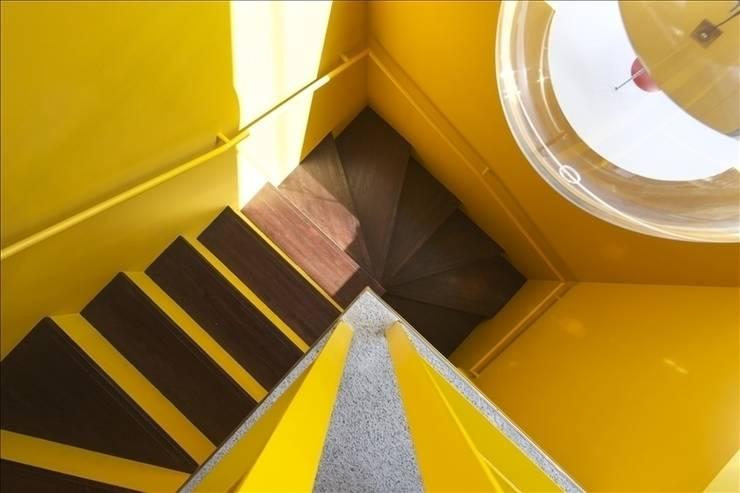 ホワイトベース: Qull一級建築士事務所が手掛けた廊下 & 玄関です。,