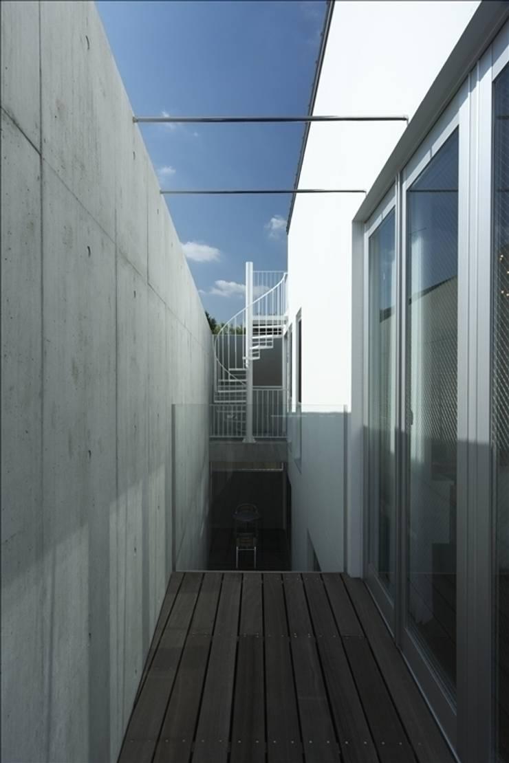 Projekty,  Taras zaprojektowane przez Qull一級建築士事務所, Nowoczesny