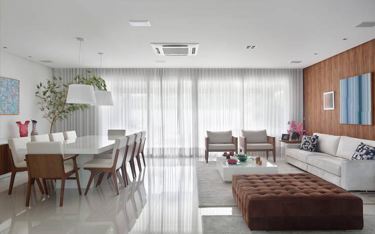 غرفة المعيشة تنفيذ Carolina Mendonça Projetos de Arquitetura e Interiores LTDA