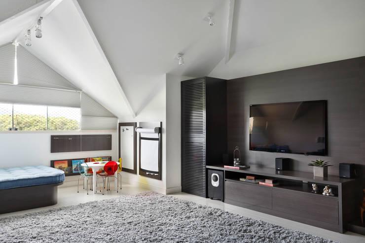 Casa Luxo: Salas multimídia  por Carolina Mendonça Projetos de Arquitetura e Interiores LTDA