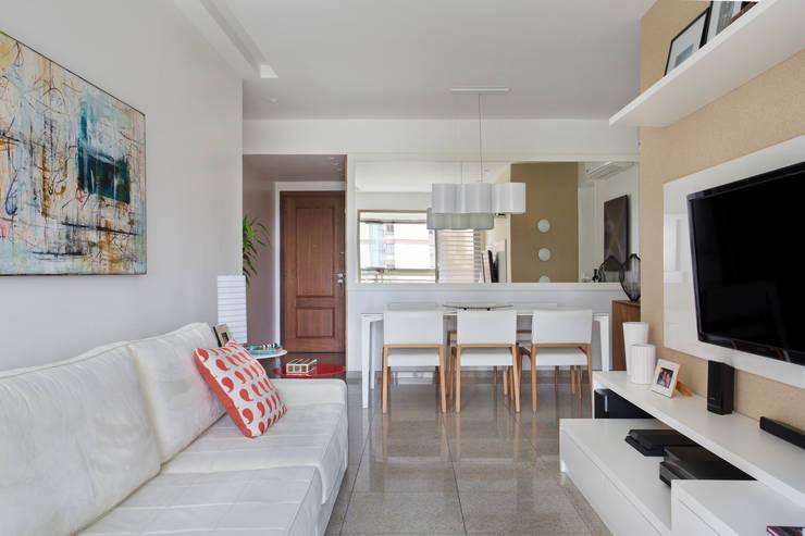 Apartamento Praia: Salas de estar modernas por Carolina Mendonça Projetos de Arquitetura e Interiores LTDA