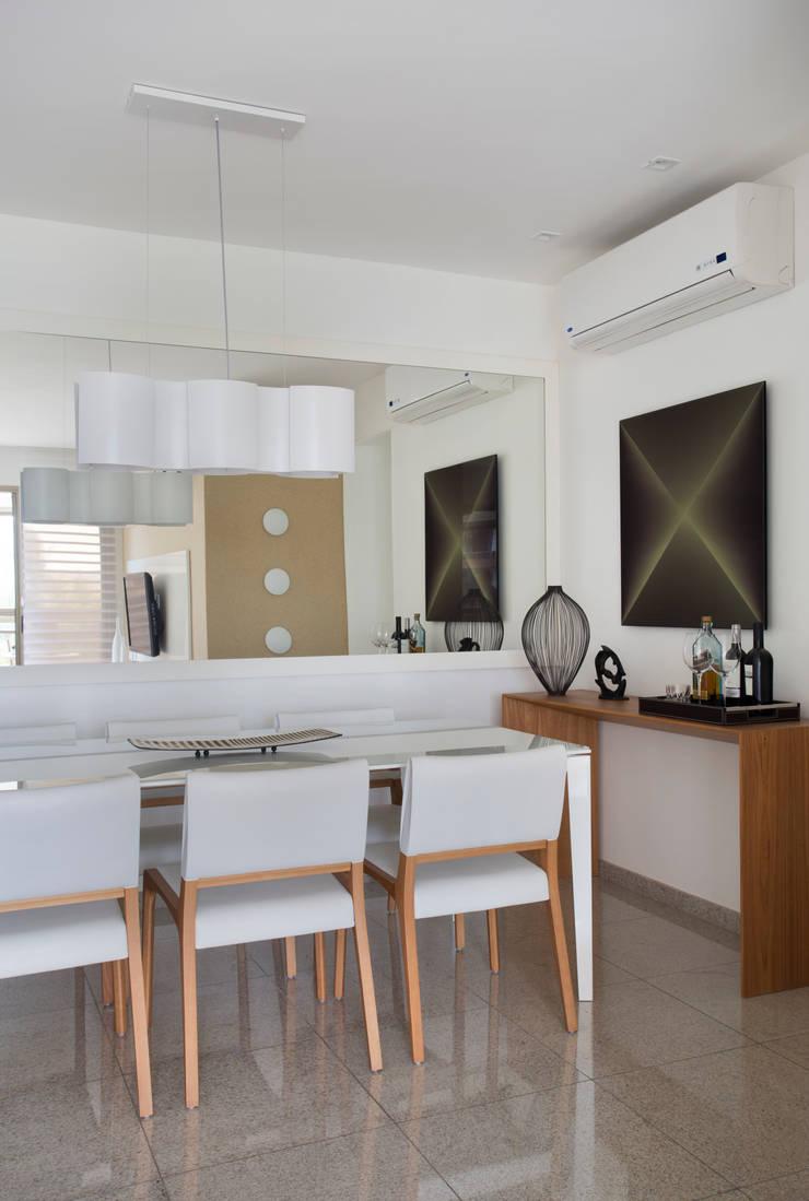 Apartamento Praia: Salas de jantar modernas por Carolina Mendonça Projetos de Arquitetura e Interiores LTDA