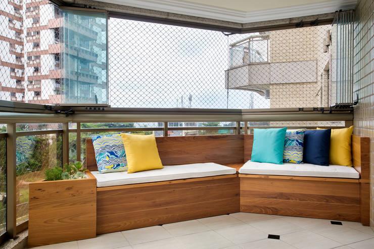 Apartamento Praia: Terraços  por Carolina Mendonça Projetos de Arquitetura e Interiores LTDA