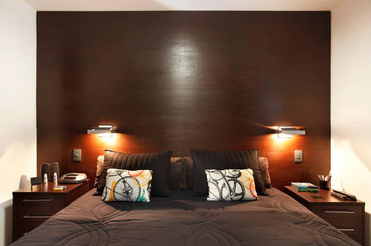 Apartamento Solteiro: Quartos  por Carolina Mendonça Projetos de Arquitetura e Interiores LTDA