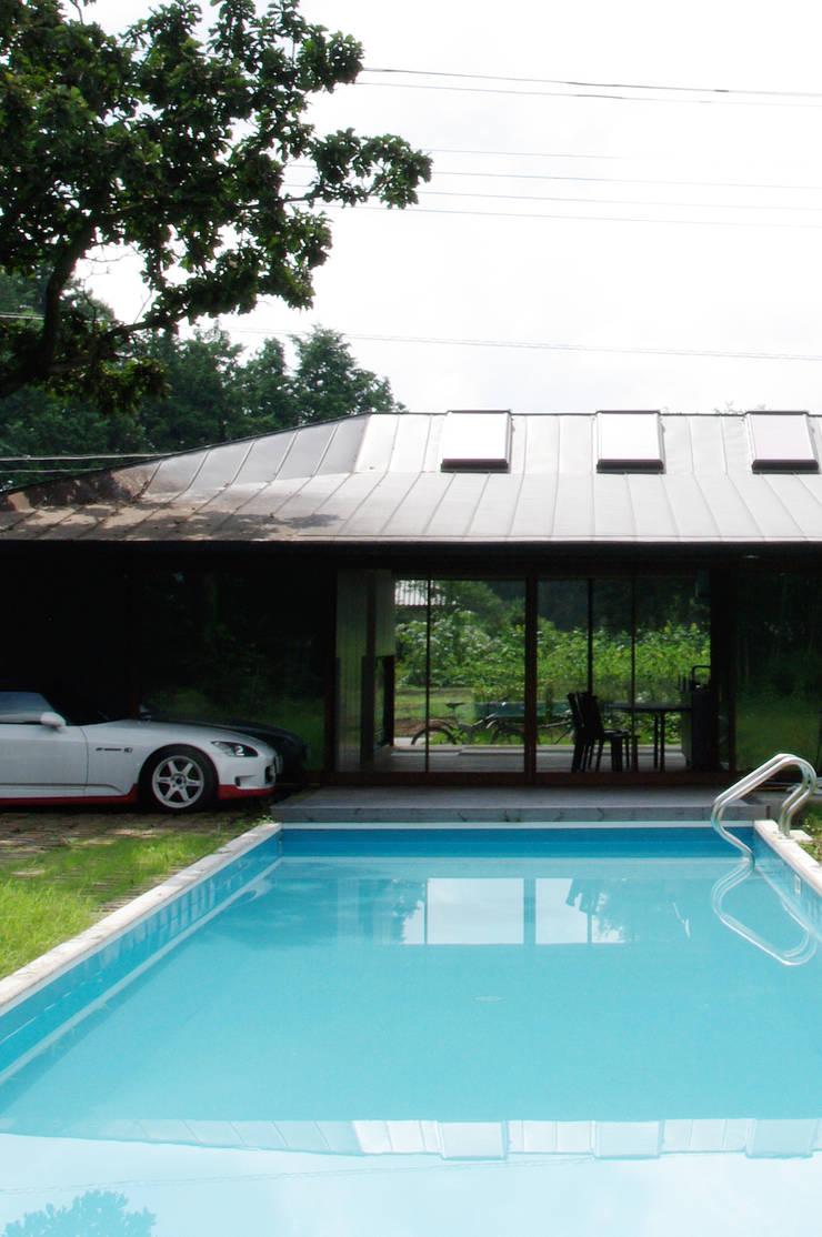 M-HOUSE外観2: 3*D空間創考舎一級建築士事務所が手掛けたプールです。
