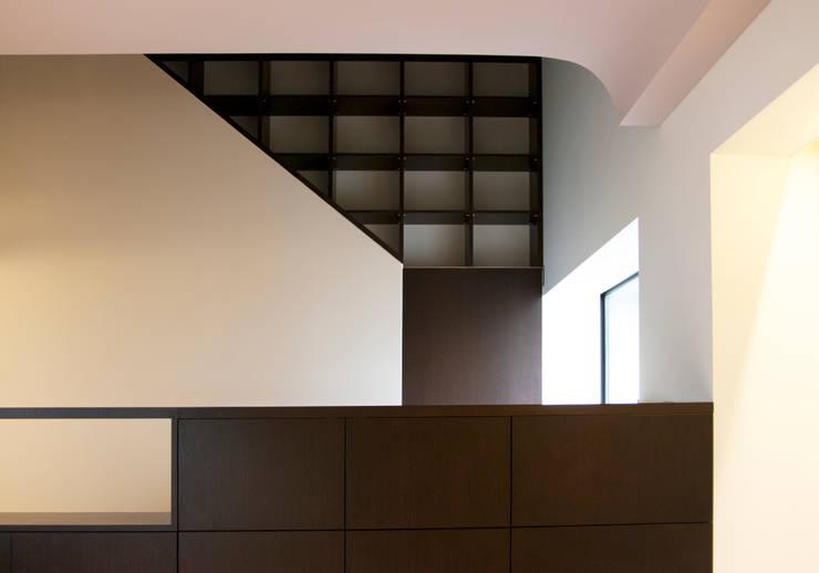 K-HOUSE内観3: 3*D空間創考舎一級建築士事務所が手掛けた廊下 & 玄関です。,