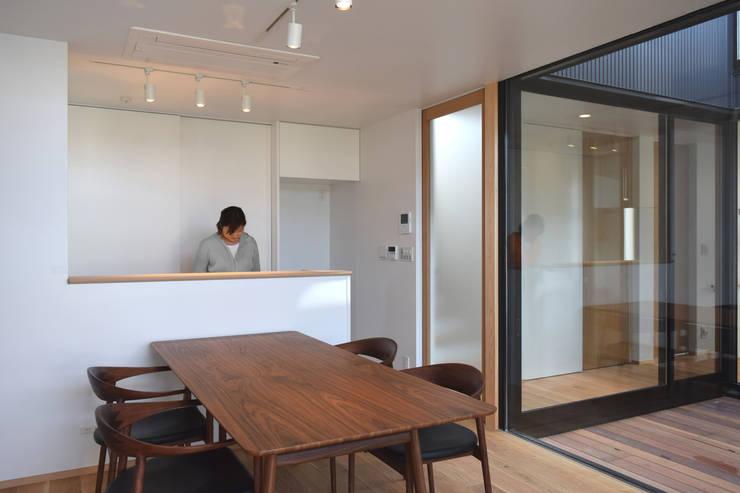 ダイニング・キッチンと光庭: FURUKAWA DESIGN OFFICEが手掛けたダイニングです。