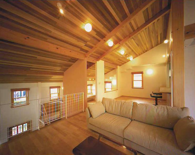 リビング: 有限会社 起廣プラン 一級建築士事務所が手掛けたリビングです。