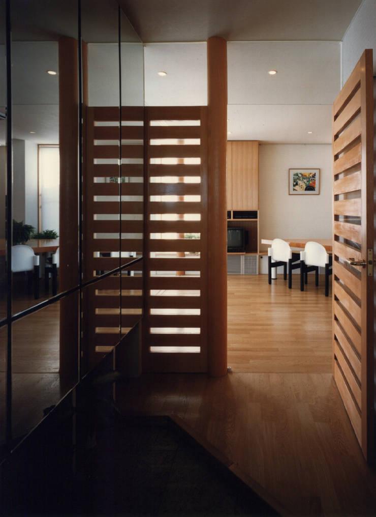 払方の家: 加藤將己/将建築設計事務所が手掛けた玄関&廊下&階段です。