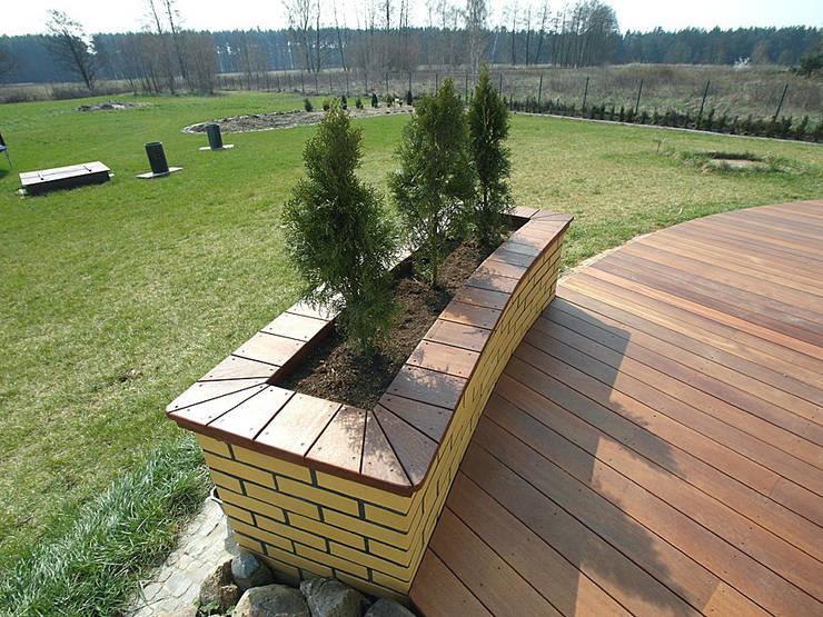 Taras drewniany. Realizacja w Suchej.: styl , w kategorii  zaprojektowany przez PHU Bortnowski,Nowoczesny