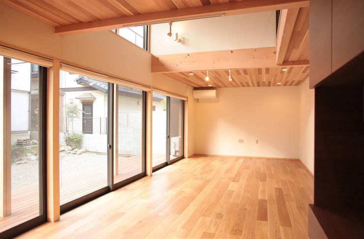 غرفة المعيشة تنفيذ 有限会社 起廣プラン 一級建築士事務所 , حداثي