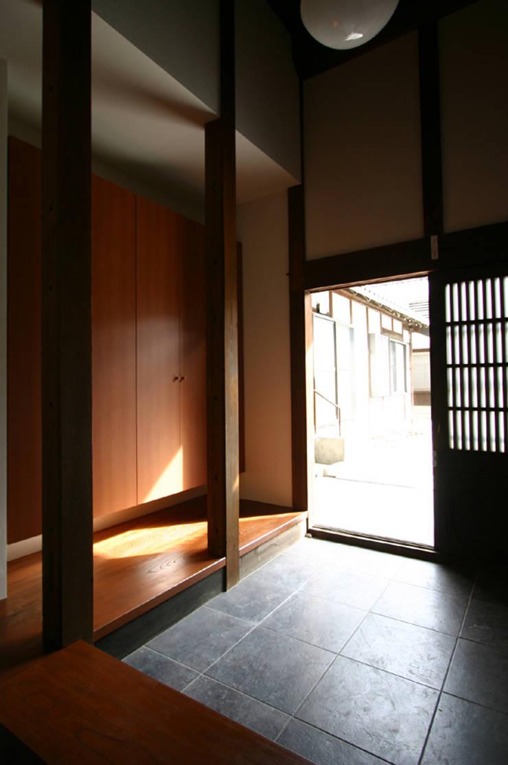 和泉中央の家・古民家改築 玄関: SADOが手掛けたです。