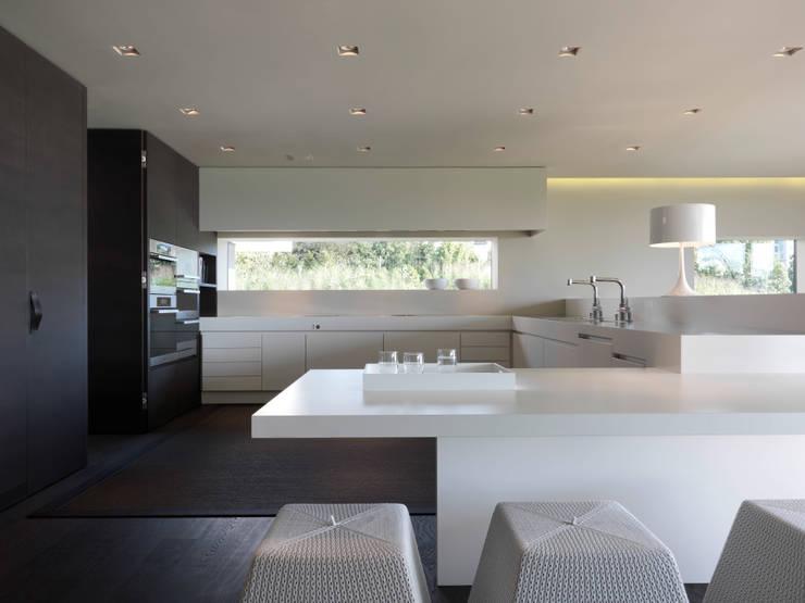 Einfamilienhaus am See:  Küche von domus mea gmbh