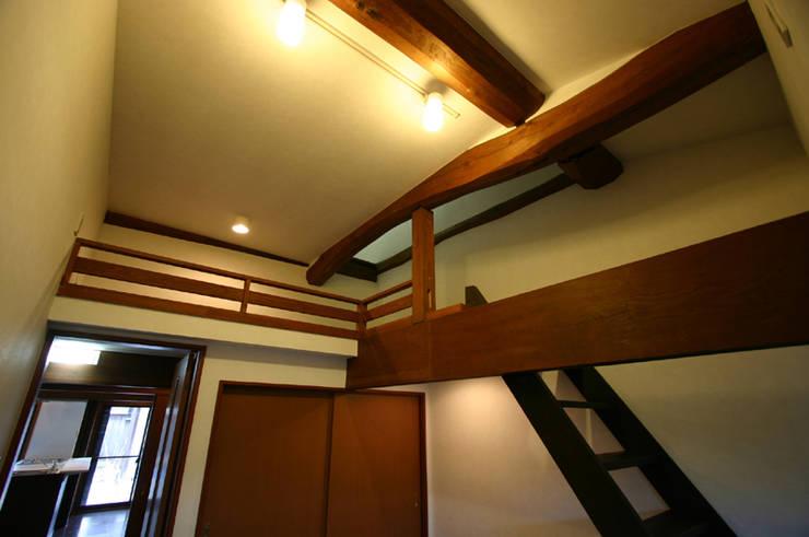 和泉中央の家・古民家改築 洋室: SADOが手掛けたです。