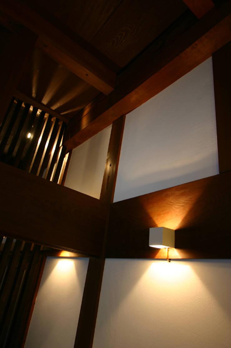 和泉中央の家・古民家改築 リビングの照明: SADOが手掛けたです。