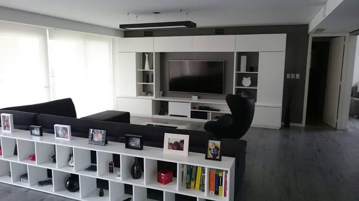 Entre el blanco y el negro los grises se hacen presentes en este living moderno.: Livings de estilo  por dammuebles