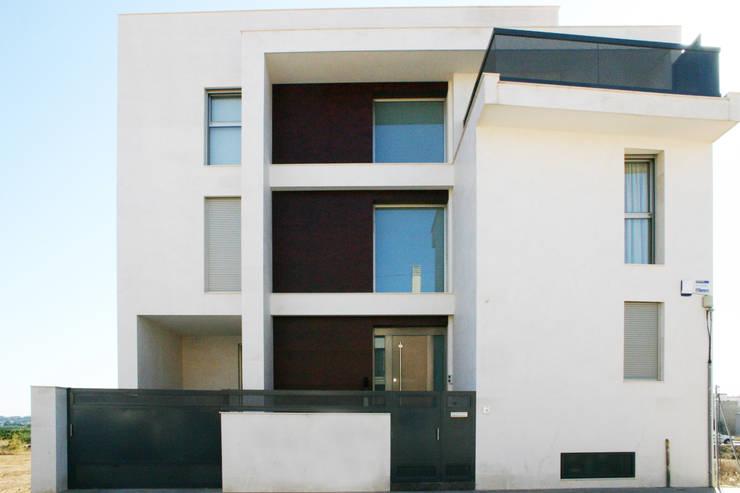 Fachada frontal. La Pobla. Chiralt Arquitectos. : Casas de estilo minimalista de Chiralt Arquitectos