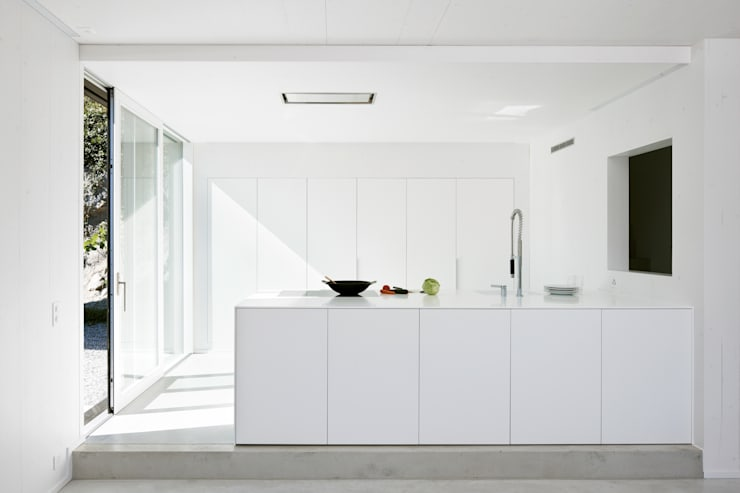 Einfamilienhaus Halde mit Atelier: moderne Küche von Albertin Partner