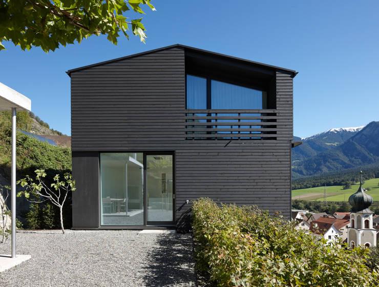 Einfamilienhaus Halde mit Atelier: moderne Häuser von Albertin Partner