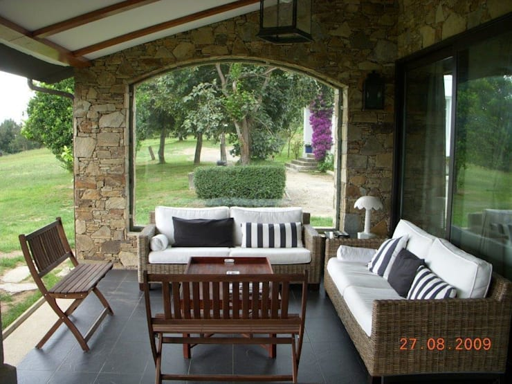 Vista del porche: Terrazas de estilo  de DE DIEGO ZUAZO ARQUITECTOS