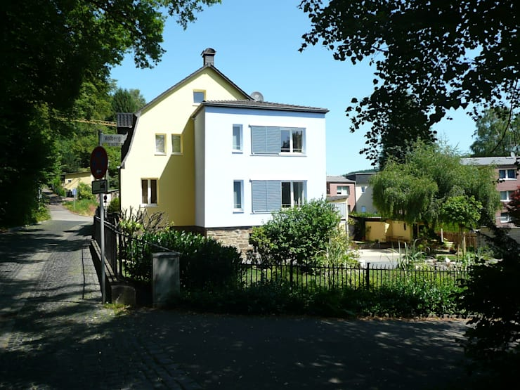 Strassenansicht im Sonnenschein: klassische Häuser von Architekt Dipl.Ing. Udo J. Schmühl