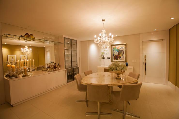 Salas de estilo ecléctico por Passo3 Arquitetura