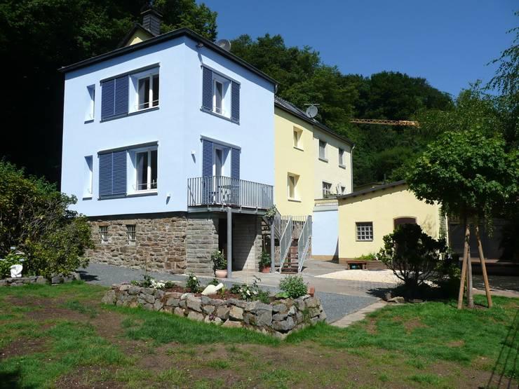 Gartenansicht: klassische Häuser von Architekt Dipl.Ing. Udo J. Schmühl