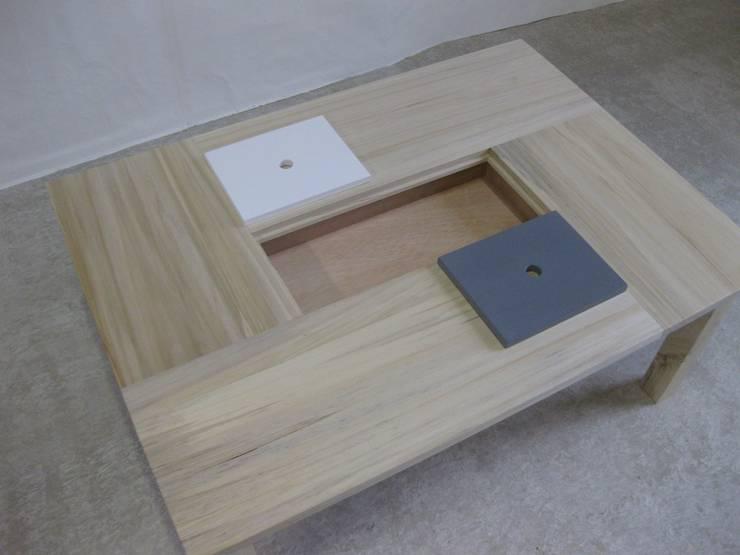 Table basse en bois clair avec casier de rangement: Salon de style  par Lartelier