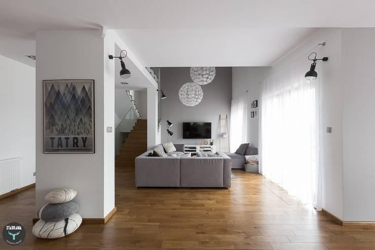 DOM - BOCHNIA: styl , w kategorii Salon zaprojektowany przez stabrawa.pl