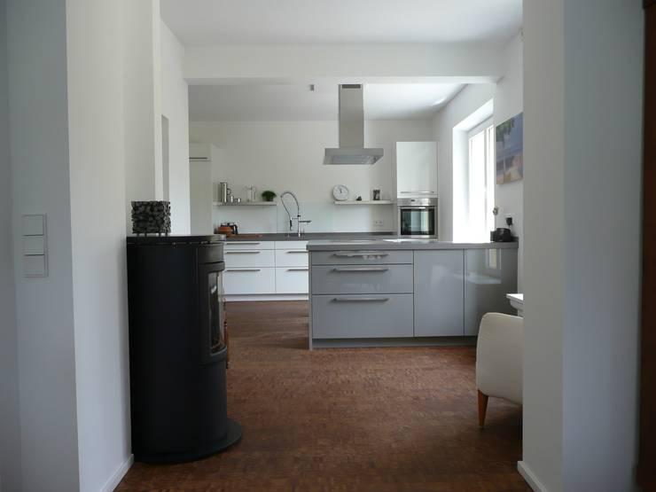 Küche mit Kaminbereich: minimalistische Küche von Architekt Dipl.Ing. Udo J. Schmühl