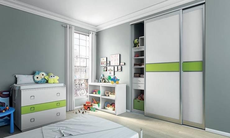 Vestidores y closets de estilo clásico por chelet-bois.fr