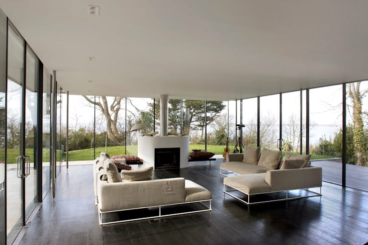 Seaglass House:  Living room by The Manser Practice Architects + Designers