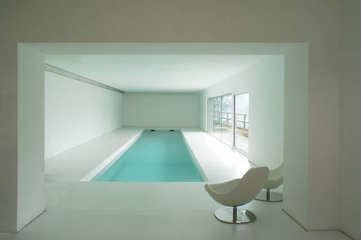 CASA IN VAL PELLICE: Piscina in stile in stile Moderno di Dario Castellino Architetto