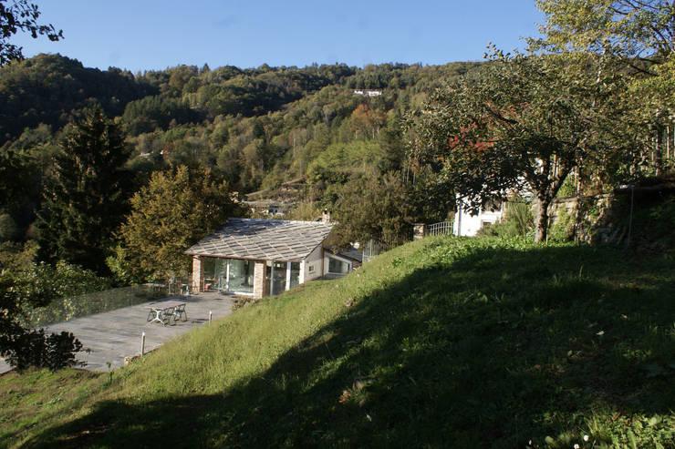 CASA IN VAL PELLICE: Case in stile in stile Moderno di Dario Castellino Architetto