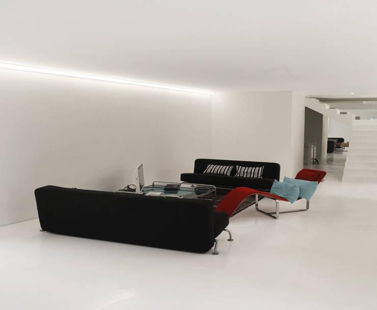CASA IN VAL PELLICE: Soggiorno in stile in stile Moderno di Dario Castellino Architetto