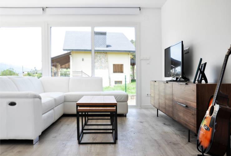 Livings de estilo  por Casas Cube