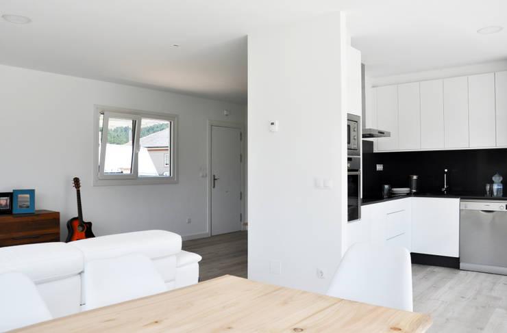 Salas de estilo moderno por Casas Cube