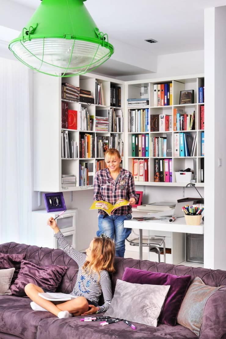 MIESZKANIE BABSKIE MIŁE BEZ DYSTANSU, FRAGMENT SALONU WIDOCZNA TO CZĘŚĆ PRZYSTOSOWANA DO PRACY ;-)): styl , w kategorii Salon zaprojektowany przez livinghome wnętrza Katarzyna Sybilska,
