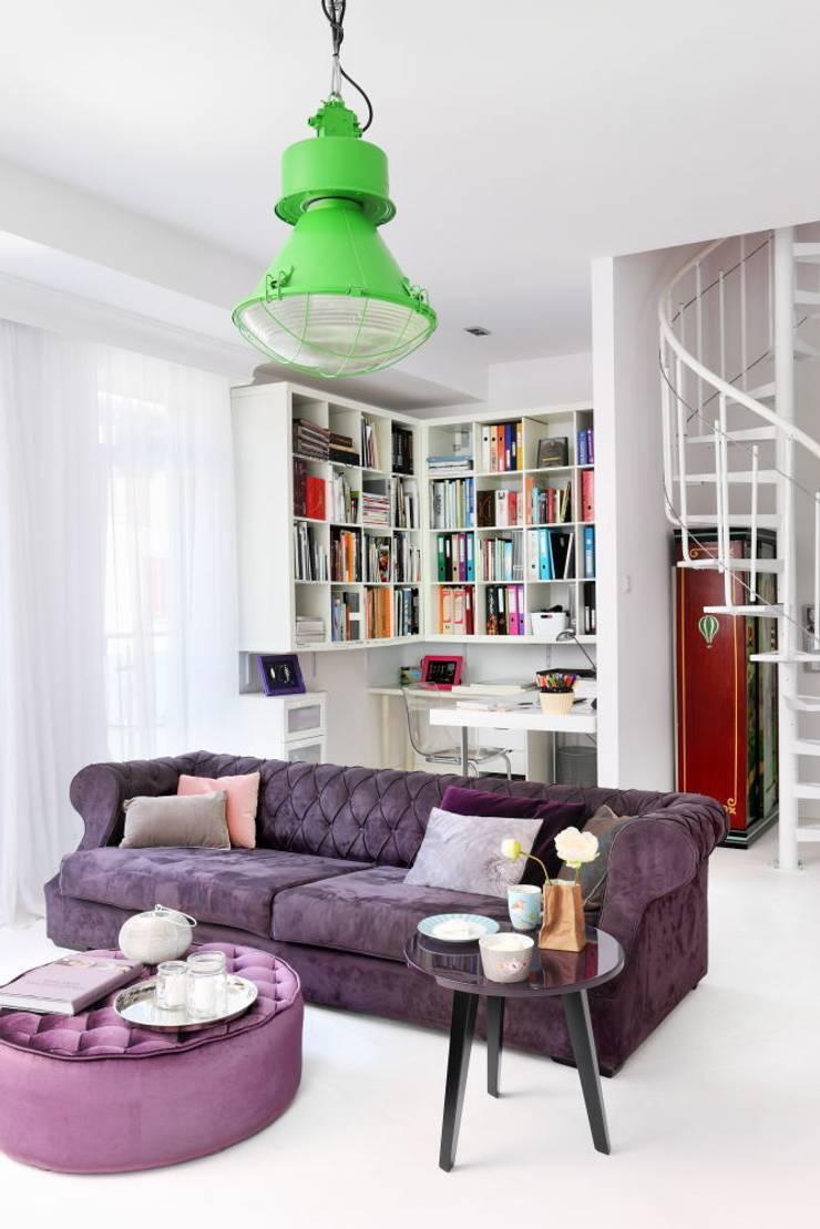 białe mieszkanie dwupoziomowe Warszawa: styl , w kategorii Salon zaprojektowany przez livinghome wnętrza Katarzyna Sybilska,