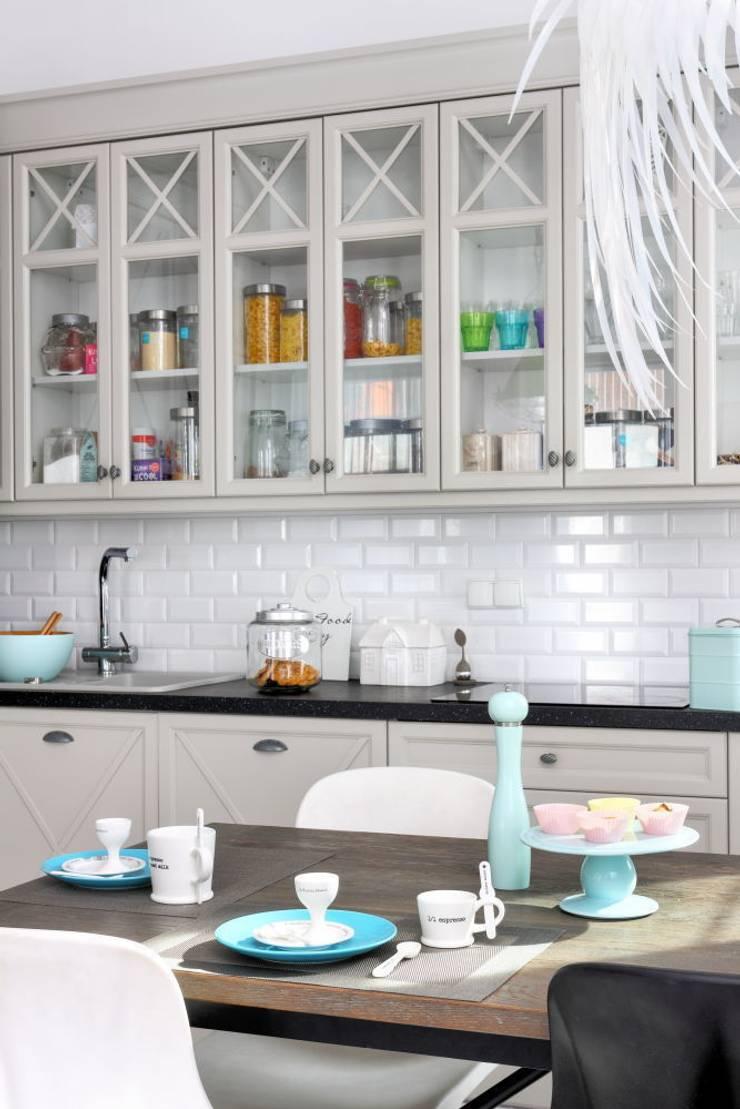 białe mieszkanie dwupoziomowe Warszawa: styl , w kategorii Kuchnia zaprojektowany przez livinghome wnętrza Katarzyna Sybilska,